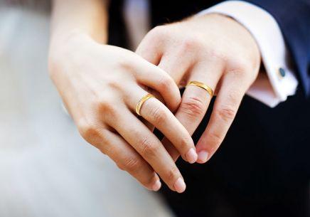 f4f82b36c4ce ... Zlaté snubní prstýnky se zirkony